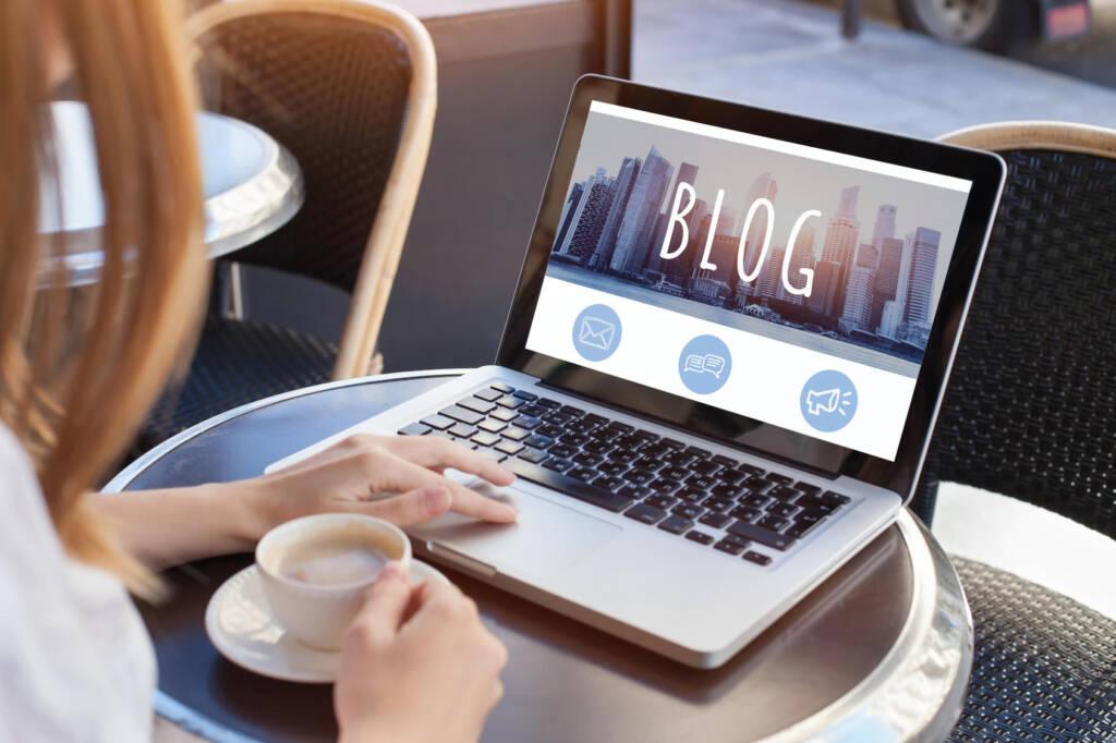 Femme lisant un article de blog sur un laptop